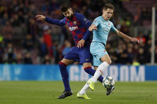 Slávista Lukáš Masopust (vpravo) bojuje s obráncem Barcelony Gerardem Piquém.
