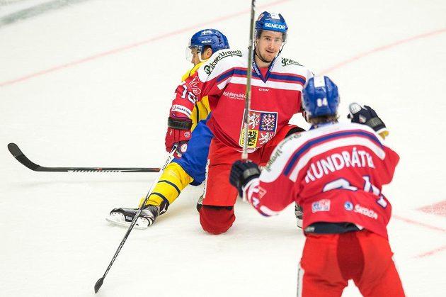 Roman Červenka a Tomáš Kundrátek (vpravo) oslavují gól proti Švédsku.