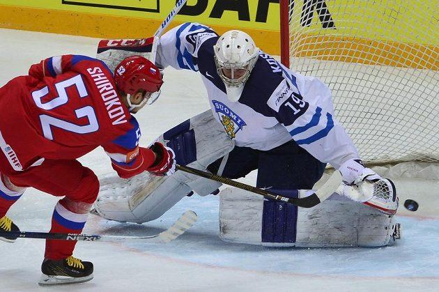 Ruský forvard Sergej Širokov tváří v tvář finskému brankáři Mikku Koskinenovi.
