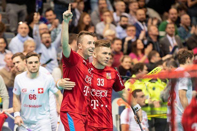 Adam Delong (vlevo) a Martin Pražan oslavují gól během utkání v základní skupině
