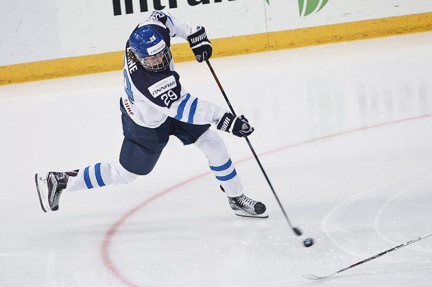 Fisnký hokejista Patrik Laine střílí gól ve finále MS do 20 let proti Rusku.