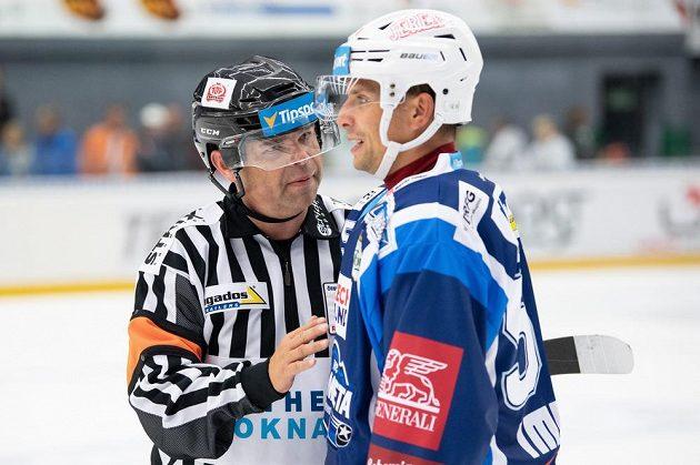 Jan Hruška, na snímku v diskuzi s rozhodčím Petrem Lacinou, mění Kometu za Vítkovice.