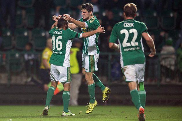 Fotbalisté Bohemians 1905 Rafael Acosta (vlevo) a Milan Havel oslavují vítězný gól na 2:1 proti Jihlavě.