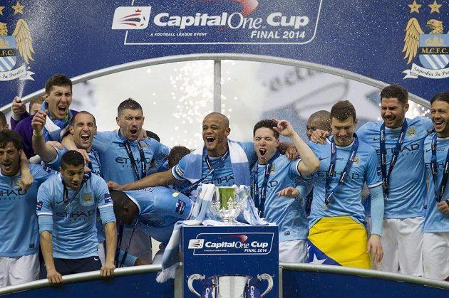 Fotbalisté Manchesteru City se radují z trofeje.