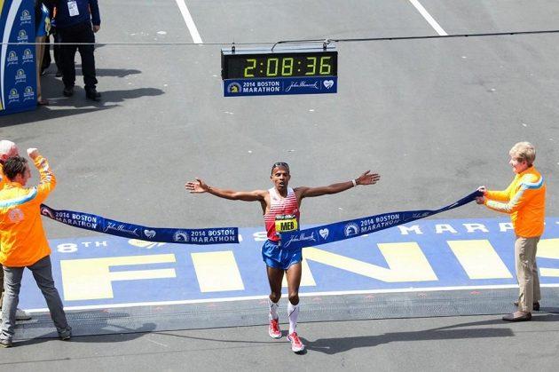 Meb Keflezighi právě vítězí v Bostonském maratonu 2014 - v kompreskách.