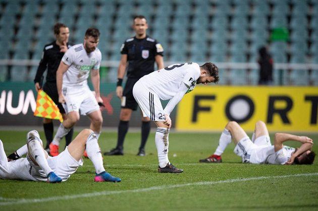 Fotbalisté Karviné a jejich gesto zmaru po prohře na Julisce.