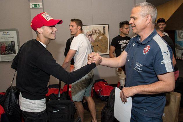 Václav Černý (vlevo) a trenér Vítězslav Lavička během srazu reprezentace do 21 let před nadcházejícím ME v Polsku.