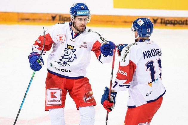Český útočník Filip Zadina a Filip Hronek oslavují gól na 2:2 během utkání se Švédy.