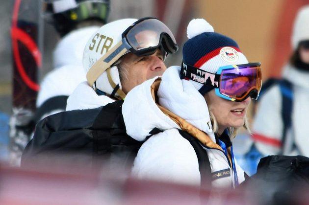 Rodiče Ester Ledecké sledují svojí dceru v akci při prvním kole paralelního obřího slalomu na ZOH v Pchjongčchangu.