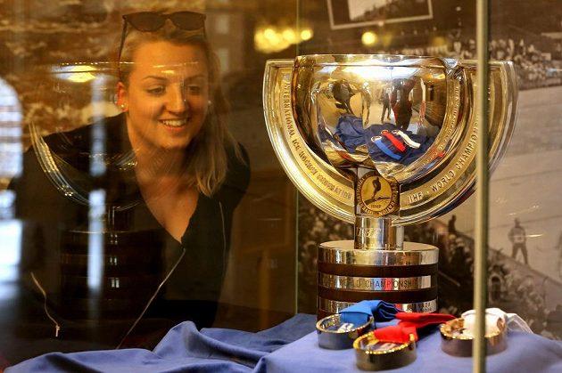 Na ostravské radnici vystavili organizátoři pohár pro hokejové mistry světa a sadu medalí.