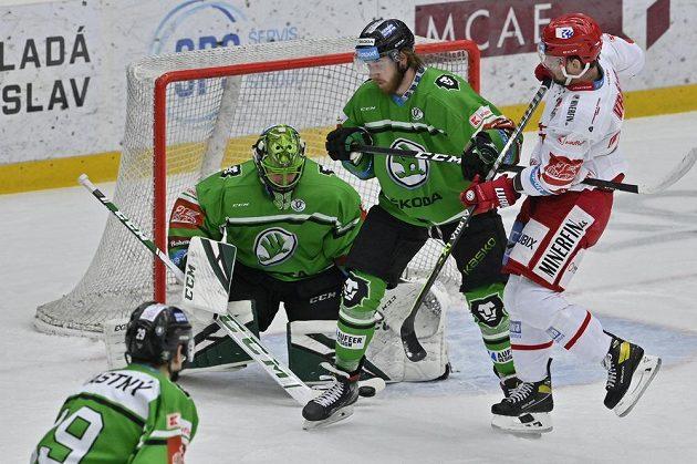 Zleva brankář Boleslavi Jan Růžička,Jakub Kotala z Boleslavi a Petr Vrána z Třince v šestém semifinále play off.