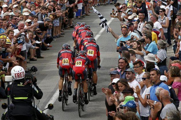 Závodníci týmu BMC ve špalíru diváků při časovce na Tour de France.