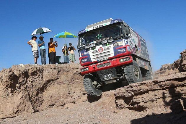 Martin Kolomý překonává se svou tatrou technickou pasáž v páté etapě Rallye Dakar.