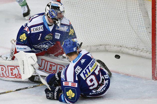 Brankář Komety Marek Čiliak inkasuje první gól v utkání s Mladou Boleslaví. Vpravo útočník Radim Zohorna.