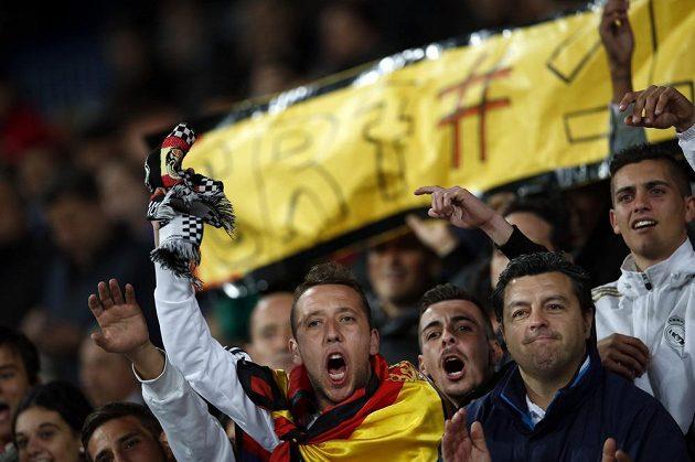 Nadšení fanoušci Realu Madrid oslavují Cristiana Ronalda.