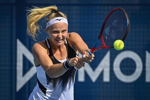 Slovenská tenistka Rebecca Šramková v utkání proti Petře Kvitové na turnaji v Praze.