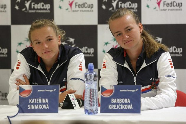 Kateřina Siniaková (vlevo) a Barbora Krejčíková na tiskové konferenci českého týmu před víkendovým utkáním ČR - Rumunsko.