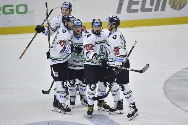 Hráči Mladé Boleslavi se radují z gólu proti Vítkovicím.