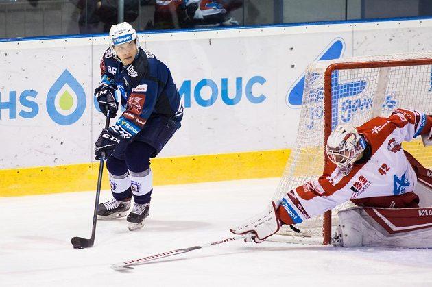Plzeňský hokejista Tomáš Mertl najíždí před olomouckou branku, kterou hájí Branislav Konrád.
