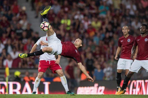 David Lafata v akrobatické pozici.