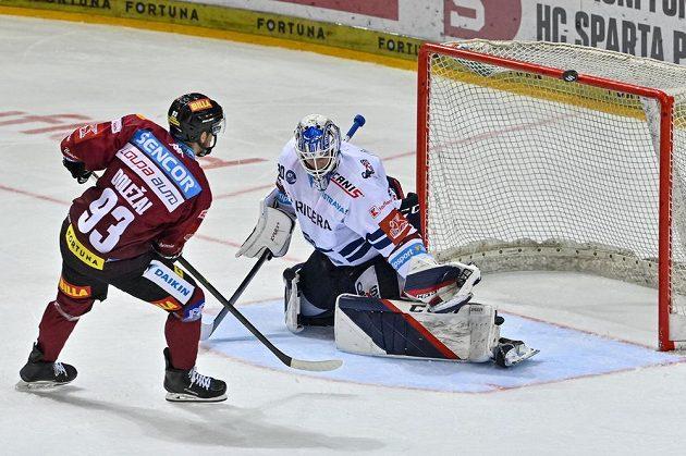 Zleva Zdeněk Doležal ze Sparty a brankář Vítkovic Aleš Stezka.