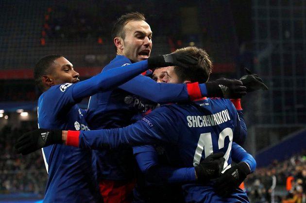 Radost fotbalistů CSKA Moskva po gólu v síti Benficy Lisabon.