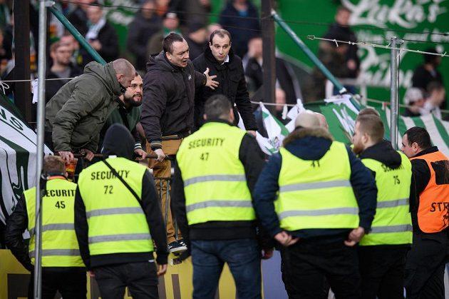 Konflikt mezi fanoušky Bohemians a pořadatelskou službou během utkání s MFK Karviná.