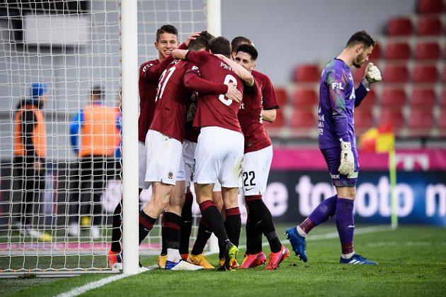 Fotbalisté Sparty Praha oslavují gól.