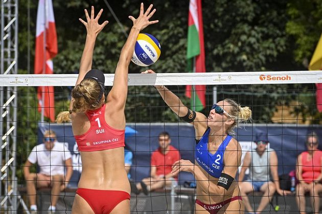 Turnaj Světového okruhu v plážovém volejbalu v Praze. Michala Kvapilová (vpravo) a Michaela Kubíčková z ČR ve čtvrfinálovém utkání s Esmée Böbnerovou (vlevo) a Zoé Vergéovou-Dépréovou ze Švýcarska.