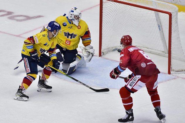 Třinecký Aaron Chmielewski střílí druhý gól, zleva Jan Štencel a brankář Dominik Hrachovina z Českých Budějovic.