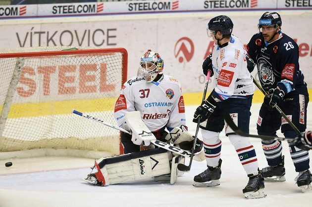 Brankář Vítkovic Daniel Dolejš (vlevo) inkasuje gól proti Liberci. Před brankou jsou v souboji obránce Daniel Krenželok (uprostřed) a útočník Petr Jelínek (vpravo).