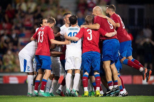 V hlavní roli byl v sobotu na Letné Tomáš Rosický, jenž nastoupil k rozlučkovému utkání. Když dal gól, slavily ho oba výběry.