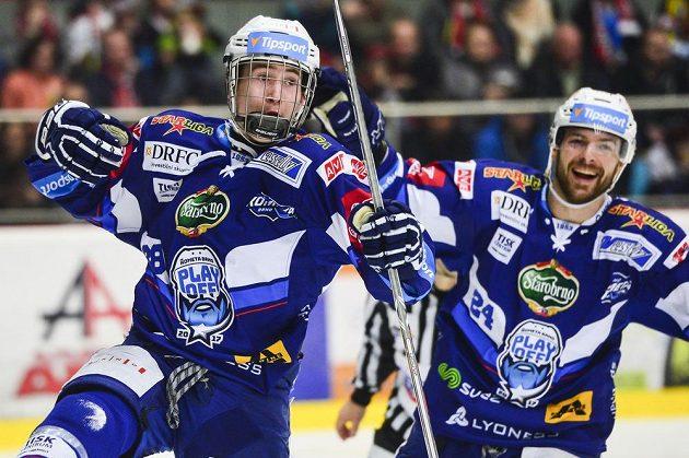 Zleva Martin Nečas a Michal Gulaši (oba z Brna) oslavují gól.