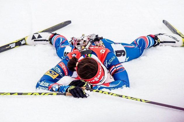 Vyčerpaná Veronika Vítková v cíli závodu s hromadným startem na MS v Oslu.