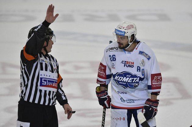 Hlavní rozhodčí René Hradil a Martin Zaťovič z Brna.