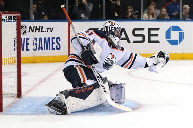 Brankář Edmontonu Oilers Mike Smith (41) zasahuje v utkání NHL.