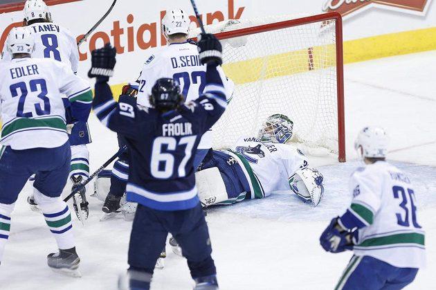 Útočník Winnipegu Michael Frolik (67) se raduje z gólu proti Vancouveru.