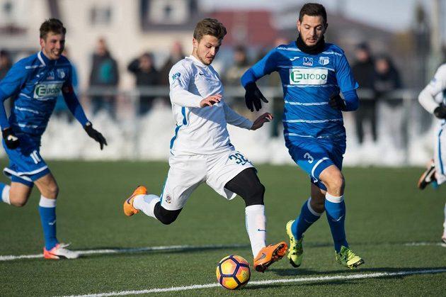Zinedin Mustedanagič ze Sparty střílí gól na 1:0 během přípravého utkání proti Ústí nad Labem.