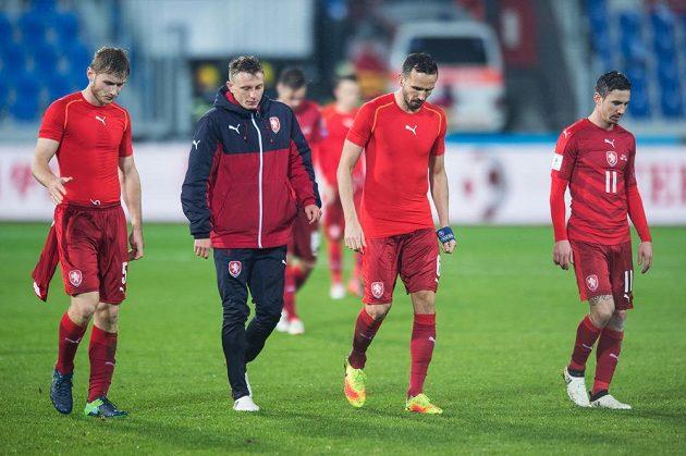 Zklamaní čeští fotbalisté po zápasu s Ázerbájdžánem (zleva): Jakub Brabec, Ladislav Krejčí, Tomáš Sivok a Milan Petržela.