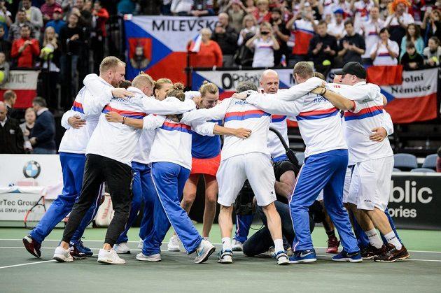 Český fedcupový tým oslavuje tradičním tanečkem postup přes Švýcarsko.