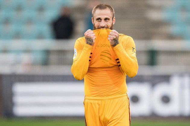 Útočník Dukly Praha Jan Holenda během utkání s Baníkem.