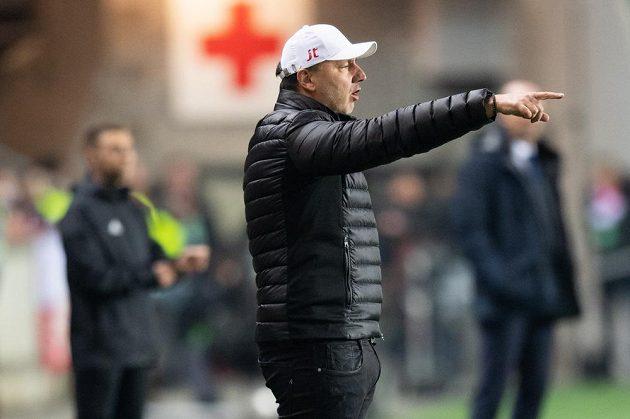 Trenér Slavie Praha Jindřich Trpišovský udílí pokyny během utkání play off Evropské ligy s Genkem.