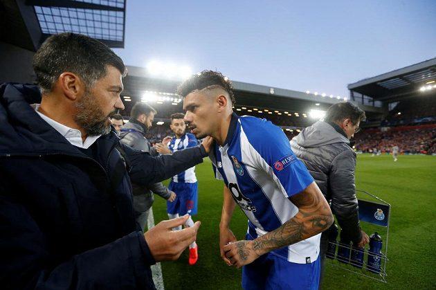 Trenér Porta Sergio Conceicao promlouvá k Soaresovi při utkání v Liverpoolu během čtvrtfinále Ligy mistrů.