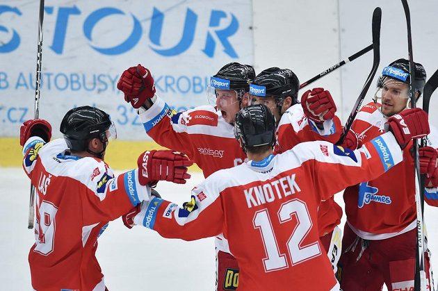 Hokejisté Olomouce se radují z gólu proti Mladé Boleslavi.