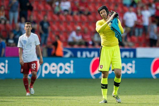 Brankář české reprezentace Petr Čech děkuje fanouškům za povzbuzování.