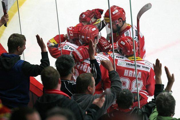 Radost třineckých hokejistůz vyrovnávacího gólu na 1:1 v utkání proti Litvínovu.