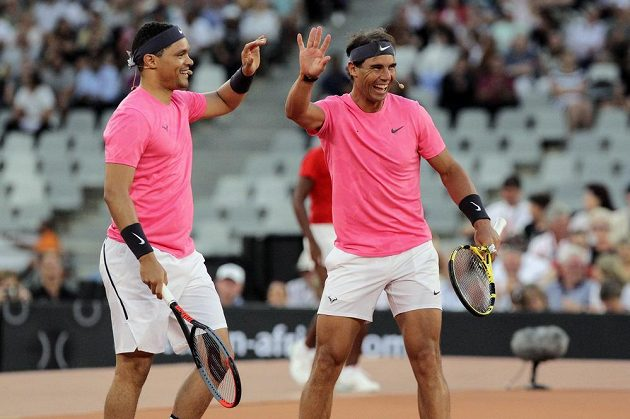 Jihoafrický moderátor a komik Trevor Noah (vlevo) a Rafael Nadal se radují z vyhraného míče v exhibičním zápase.