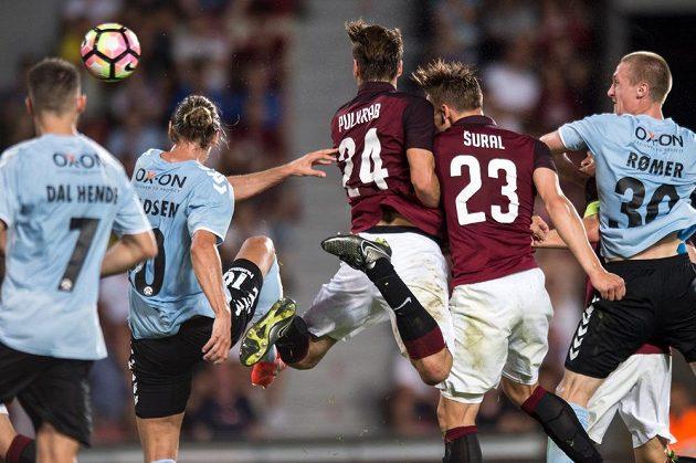 Záložník Sparty Josef Šural vyrovnává na 2:2 během utkání play off Evropské ligy se Sonderjyske.