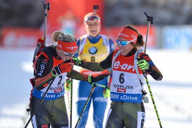 Německé biatlonistky Laura Dahlmeierová (vpravo) a Maren Hammerschmidtová se radují v cíli, za nimi dojíždí do cíle Gabriela Soukalová.