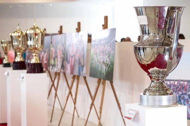 Mistrovský pohár nemohl na autogramiádě fotbalistů Slavie Praha chybět.